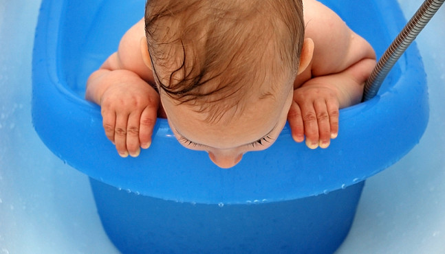 Az újszülött baba fürdetése