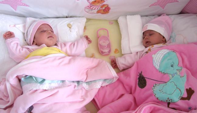 Alvási szokások kialakítása ikerbabáknál